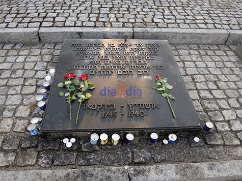 Cartel en Yidish dentro de Birkenau