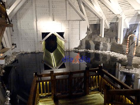Lago de sal en las minas de sal de Cracovia